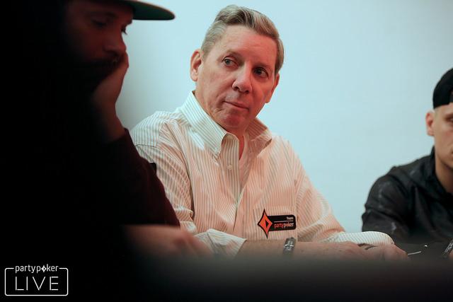 Mike Sexton examina sua próxima jogada